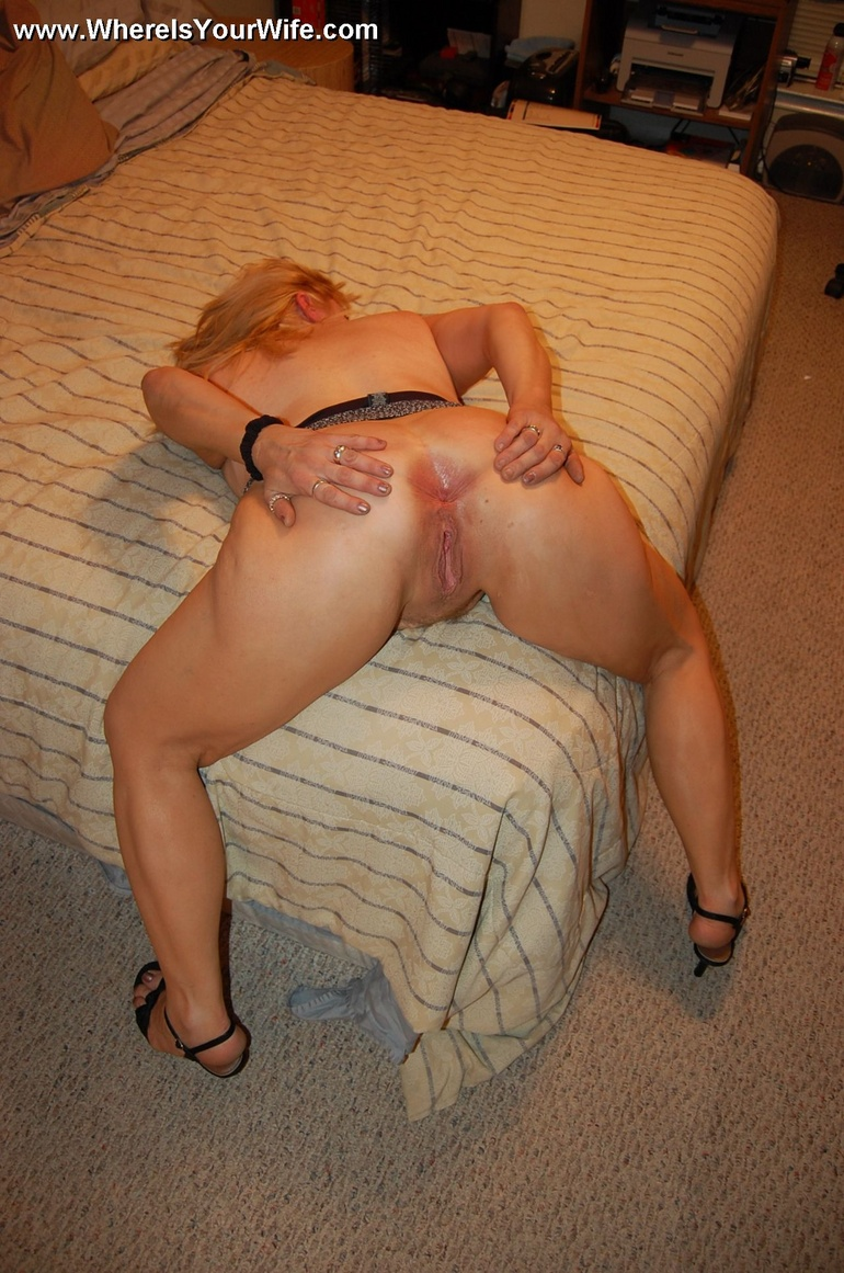Spread mature ass naked